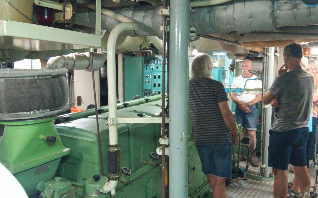 Medewerkers en vrijwilligers Batavialand bezoeken korpsschip
