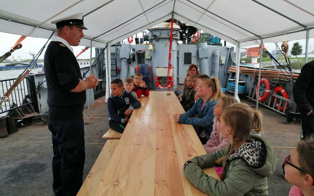 Honderden schoolkinderen bezoeken Korpsschip Lelystad